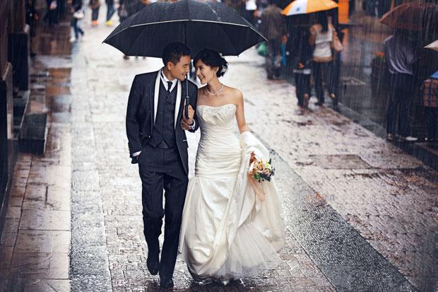 雨中街景婚纱照