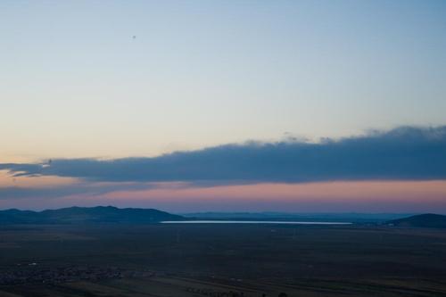 我们可以首先在天空与地平线之间拉出一个渐变,调整色调 100,使天空