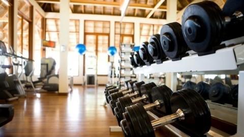 ling介绍了在健身房中利用各种器械锻炼的方法