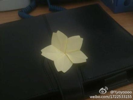用便笺纸折了朵樱花